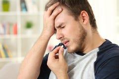 Emicrania di sofferenza dell'uomo che prende una pillola Fotografia Stock Libera da Diritti