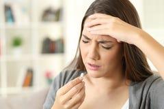 Emicrania di sofferenza della donna malata che prende una pillola Fotografia Stock Libera da Diritti