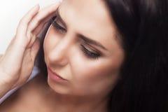 Emicrania e sforzo Bella giovane donna che ritiene forte dolore capo Ritratto di sofferenza femminile sollecitata stanca da Migr  fotografia stock