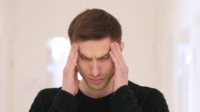Emicrania, ritratto di funzionamento frustrato nell'ufficio Immagine Stock