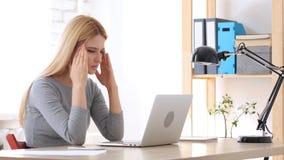 Emicrania, sforzo di lavoro per la donna che lavora nell'ufficio Fotografia Stock