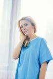 Emicrania turbata di sensibilità della donna nella camera dell'ospedale Fotografie Stock
