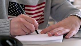 Emigrando aos EUA, América Estudando o trabalho no exterior exam Testes de TOEFL Adulto novo em escrever o exame Sonho americano video estoque
