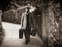 Emigrant mit den Koffern Stockfoto