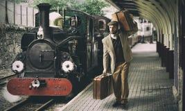 Emigrante ao estação de caminhos-de-ferro fotografia de stock royalty free