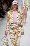 Emily Baker loopt de baan in Versace toont tijdens Milan Fashion Week Spring /Summer 2018 stock foto