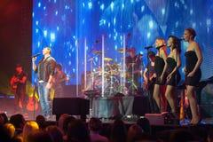 Emin Agalarov con i musicisti in scena Fotografia Stock
