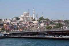 Eminonu在金黄垫铁的港口和加拉塔桥梁在伊斯坦布尔,土耳其咆哮 库存照片