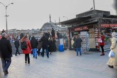 Eminonu kwadrata ludzie i Mały Targowy Istanbuł fotografia stock