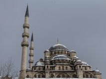 Eminonu-Moschee, alias neue Moschee oder Yeni Cami, in Istanbul, die Türkei, bedeckt im Schnee während eines Winternachmittages lizenzfreie stockfotografie