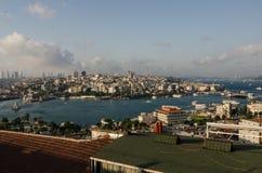 Eminonu områdesGalata bro, Levent skyscapers Istanbul Arkivbilder
