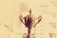 EMIRADOS ÁRABES DE DUBAI-UNITED O 21 DE JUNHO DE 2017 Ideia do close-up do fim acima do troféu dourado do campeão, fundo natural Fotografia de Stock