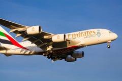 Emirados Airbus A380 que aproxima-se à aterrissagem no aeroporto de Melbourne Fotos de Stock Royalty Free