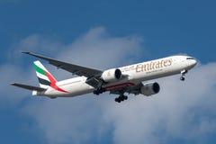 Emirados Boeing 777-31H/ER A6-ECE na aproximação à terra no aeroporto internacional de Melbourne Imagens de Stock Royalty Free