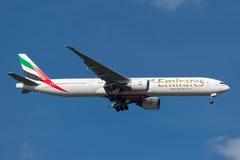 Emirados Boeing 777-31H/ER A6-ECE na aproximação à terra no aeroporto internacional de Melbourne Fotos de Stock Royalty Free