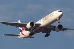 Emirados Boeing 777-31H/ER A6-ECS na aproximação à terra no aeroporto internacional de Melbourne Imagens de Stock Royalty Free