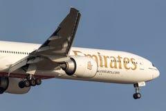 Emirados Boeing 777-31H/ER A6-ECS na aproximação à terra no aeroporto internacional de Melbourne Fotografia de Stock