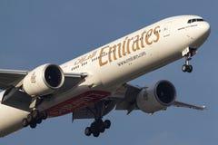 Emirados Boeing 777-31H/ER A6-ECS na aproximação à terra no aeroporto internacional de Melbourne Fotografia de Stock Royalty Free