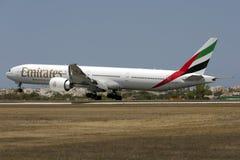 Emirados 777-300 que aterram Fotografia de Stock Royalty Free