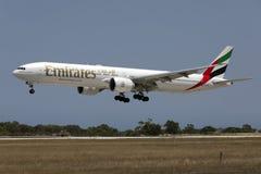 Emirados 777-300 que aterram Fotos de Stock
