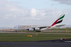 Emirados A380 que taxiing na pista de decolagem do aeroporto de Manchester fotos de stock royalty free