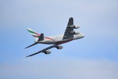Emirados A380 que voam afastado Fotografia de Stock