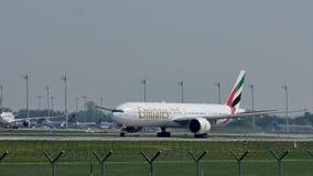 Emirat-Fluglinien, die von München-Flughafen, MUC sich entfernen stock video footage