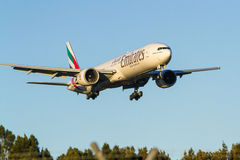 Emirat linie lotnicze Boeing 777 w locie Zdjęcie Royalty Free