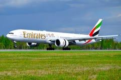 Emirat linii lotniczej Boeing 777 samolot ląduje w Pulkovo lotnisku międzynarodowym w Petersburg, Rosja Zdjęcia Royalty Free