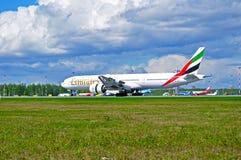 Emirat linii lotniczej Boeing 777 samolot ląduje w Pulkovo lotnisku międzynarodowym w Petersburg, Rosja Fotografia Stock