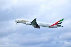 Emirat linii lotniczej Boeing 777 samolot lata w niebie po odjazdu od Pulkovo lotniska międzynarodowego w Petersburg, Obrazy Stock