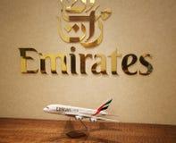 Emirat linii lotniczej logo w Dubaj Lotniskowym holu przy Dubai International lotniskiem Zdjęcie Royalty Free