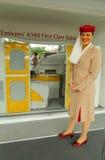 Emirat linii lotniczej steward przy emirat linii lotniczej budka przy Billie Cajgowego królewiątka tenisa Krajowym centrum podczas Obraz Royalty Free