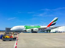 Emirat linii lotniczej A380 strumień na asfalcie obraz royalty free