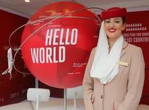 Emirat linii lotniczych steward przy emirat linii lotniczych budka Zdjęcia Stock