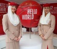Emirat linii lotniczych steward przy emirat linii lotniczych budka Obrazy Royalty Free
