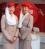 Emirat linii lotniczych steward przy emirat linii lotniczych budka Zdjęcia Royalty Free