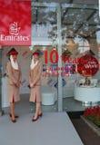 Emirat linii lotniczych steward przy emirat linii lotniczych budka przy Billie Cajgowego królewiątka Krajowym tenisem Ześrodkowyw Zdjęcia Royalty Free
