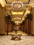 Emirat-Palast Nacht Lizenzfreie Stockbilder