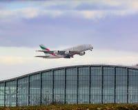 Emirate Airbus a380, der von Heathrow-Flughafen sich entfernt Lizenzfreie Stockbilder