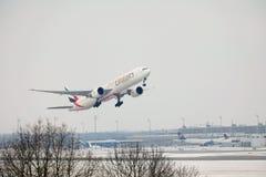 Emirate Airbusses A380 planieren das Fliegen über München-Flughafen, Deutschland Stockfotos