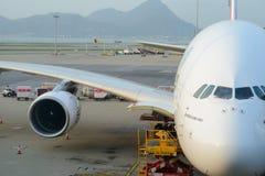 Emirate A380-800 angekoppelt im Flughafen Stockfotografie