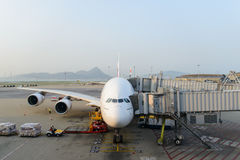 Emirate A380-800 angekoppelt im Flughafen Lizenzfreie Stockfotografie