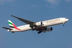 Emirate Boeing 777-31H/ER A6-ECS auf Annäherung an Land an internationalem Flughafen Melbournes Stockbilder