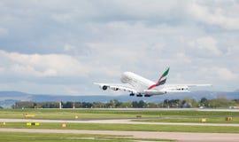 Emirate A380-861, die an Manchester-Flughafen wegheben, Lizenzfreie Stockfotografie