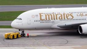 Emirate A380, die zur?ck zu der Rollbahn gedr?ckt werden lizenzfreie stockbilder
