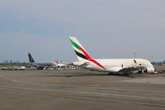 Emirate Fluglinie und Singapore Airlines Airbus A380 spritzt an JFK-Flughafen in NY Lizenzfreie Stockfotos