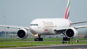 Emirate SkyCargo 777, das vor Start mit einem Taxi fährt stock video footage