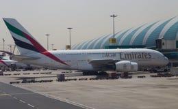 Emiraten A380 die bij de Luchthaven van Doubai worden gedokt Royalty-vrije Stock Fotografie