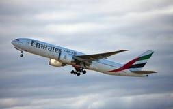 Emiraten Boeing die 777-200 opstijgen. Royalty-vrije Stock Afbeelding